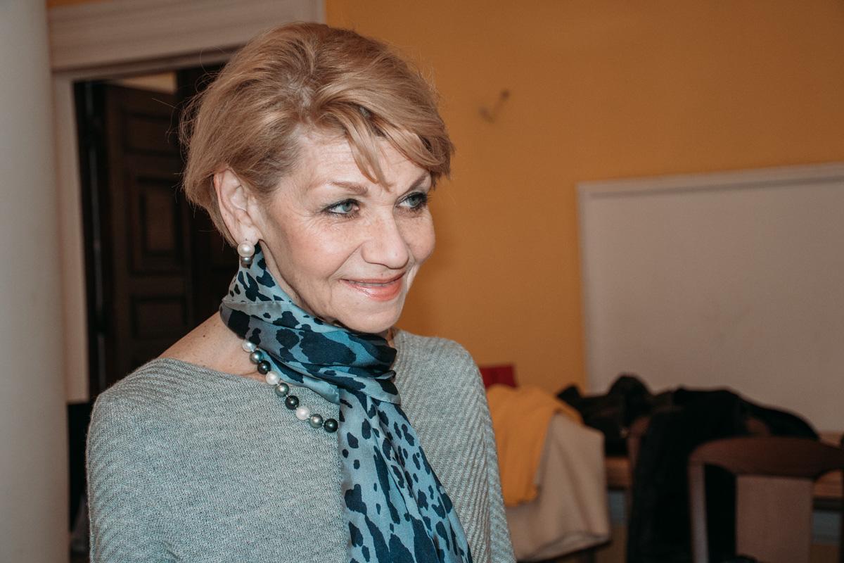 Этику участникам танца преподает эксперт-участник телепроектов Наталия Адаменко