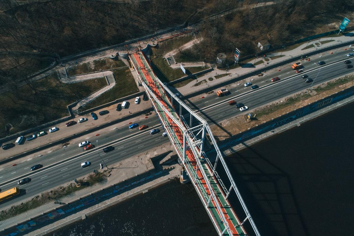 Спортсмены пробежали по пешеходному мосту на Труханов остров