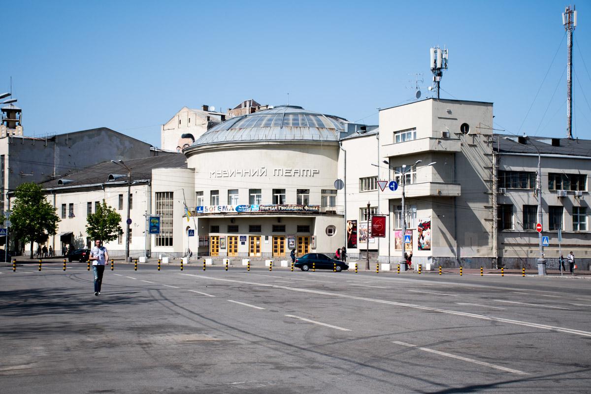 Столбиками оградили движение возле музыкального театра