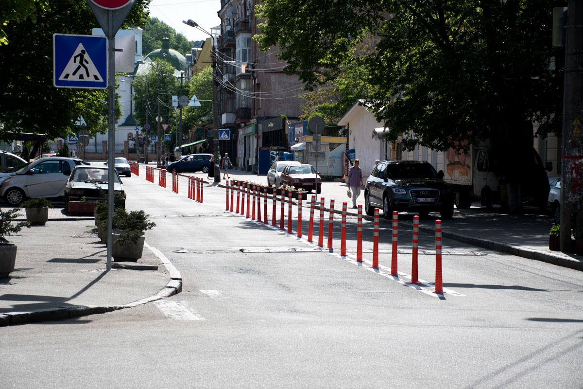 Разделители потоков на улице Хорива между улицами Межигорской и Константиновской