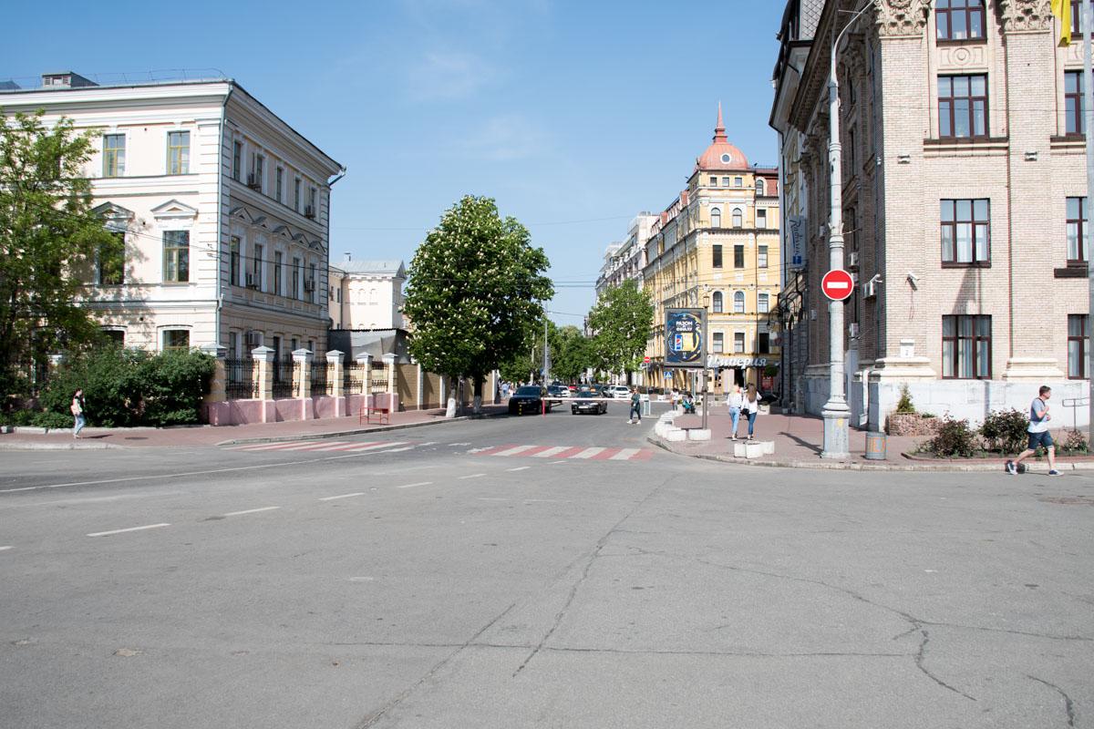 Шлагбаумом перекрыли проезд на улицу Ильинскую