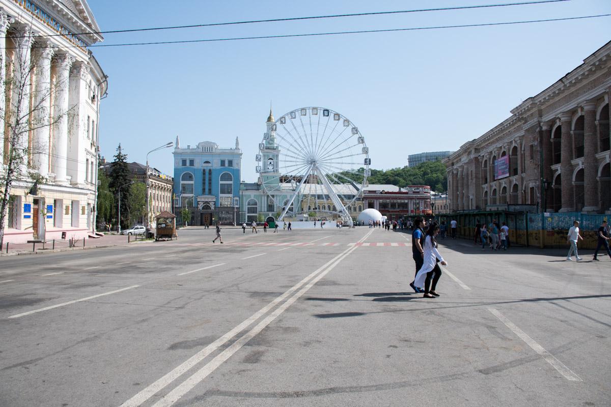 Убрали прямоугольные бетонные блоки возле 3 корпуса Киево-Могилянской академии