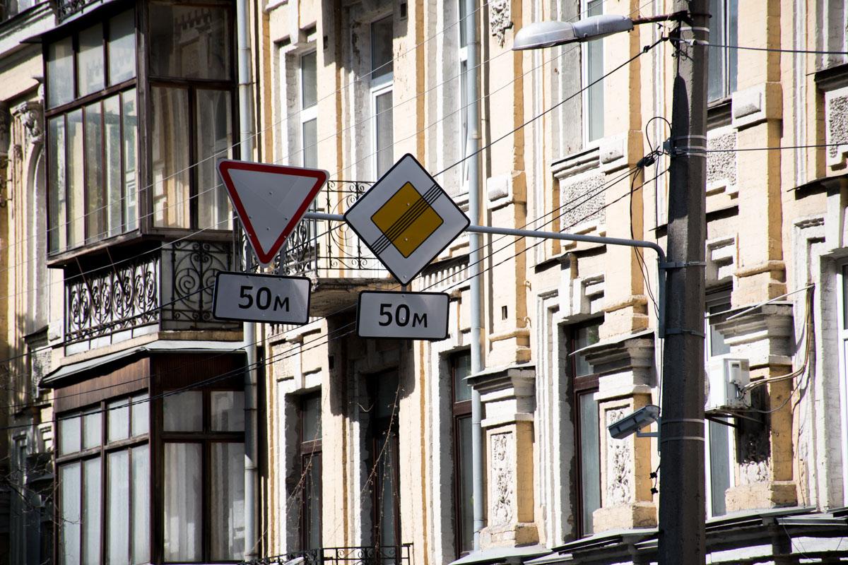 Транспорт, который двигался перед Киево-Могилянской академией будет двигаться по улице Волошской