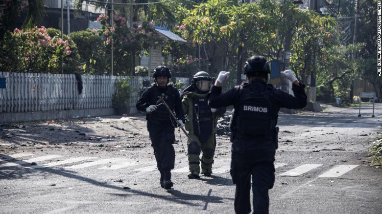 В трех разных церквях Индонезии смертники взорвали себя