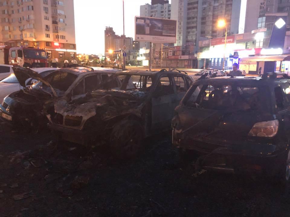 В результате пожара сгорело не только авто помощника нардепа, но и две машины, припаркованные по соседству