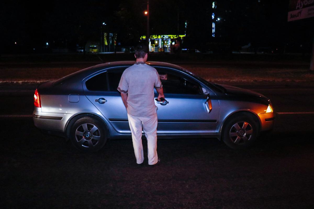 Водитель-женщинаSkoda зацепила приоткрытую дверь Vito и сбила патрульного