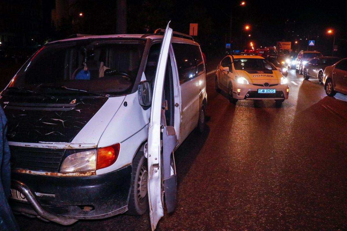 Полицейский проверял документы у водителя Mercedes