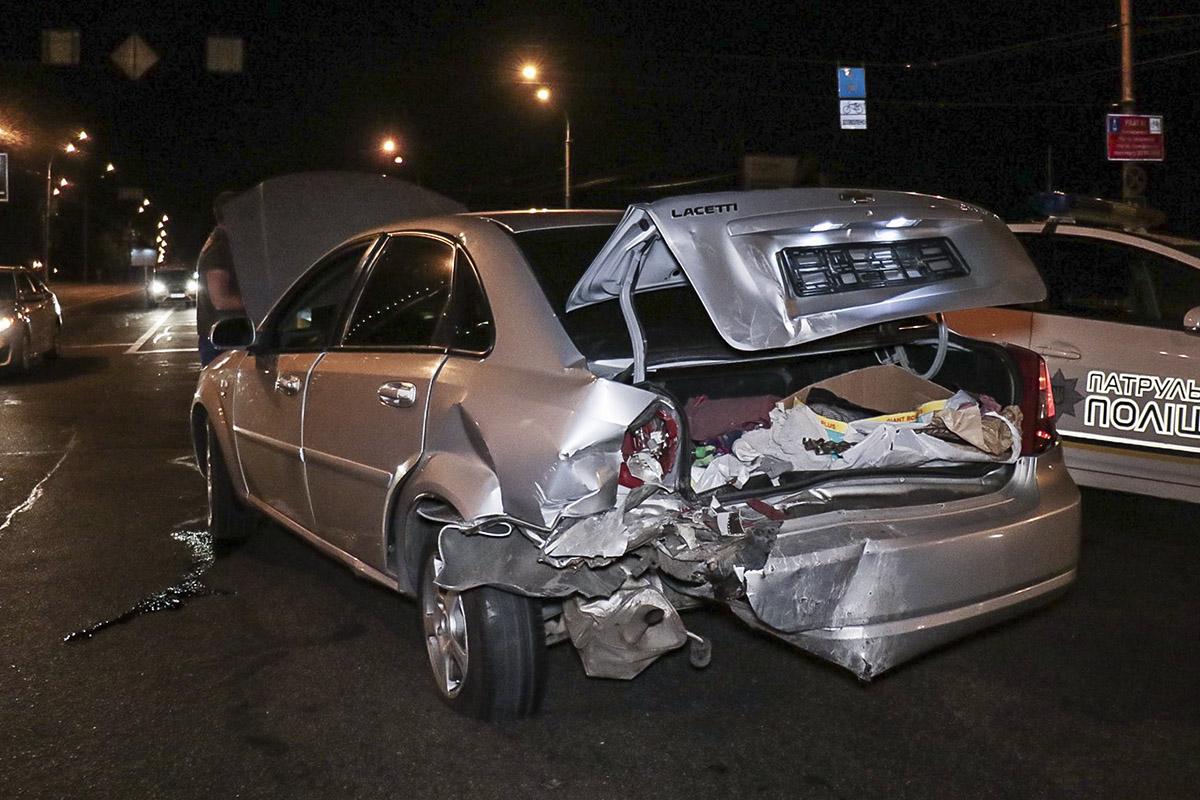 От удара Chevrolet по инерции выкатился на перекресток
