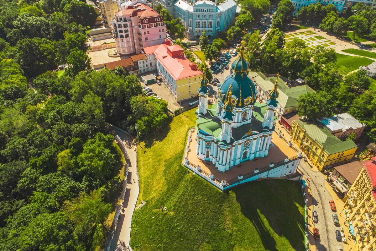В 1753 году завершили строительство храма в честь апостола Андрея Первозванного, который, по легенде, напророчил появление Киева