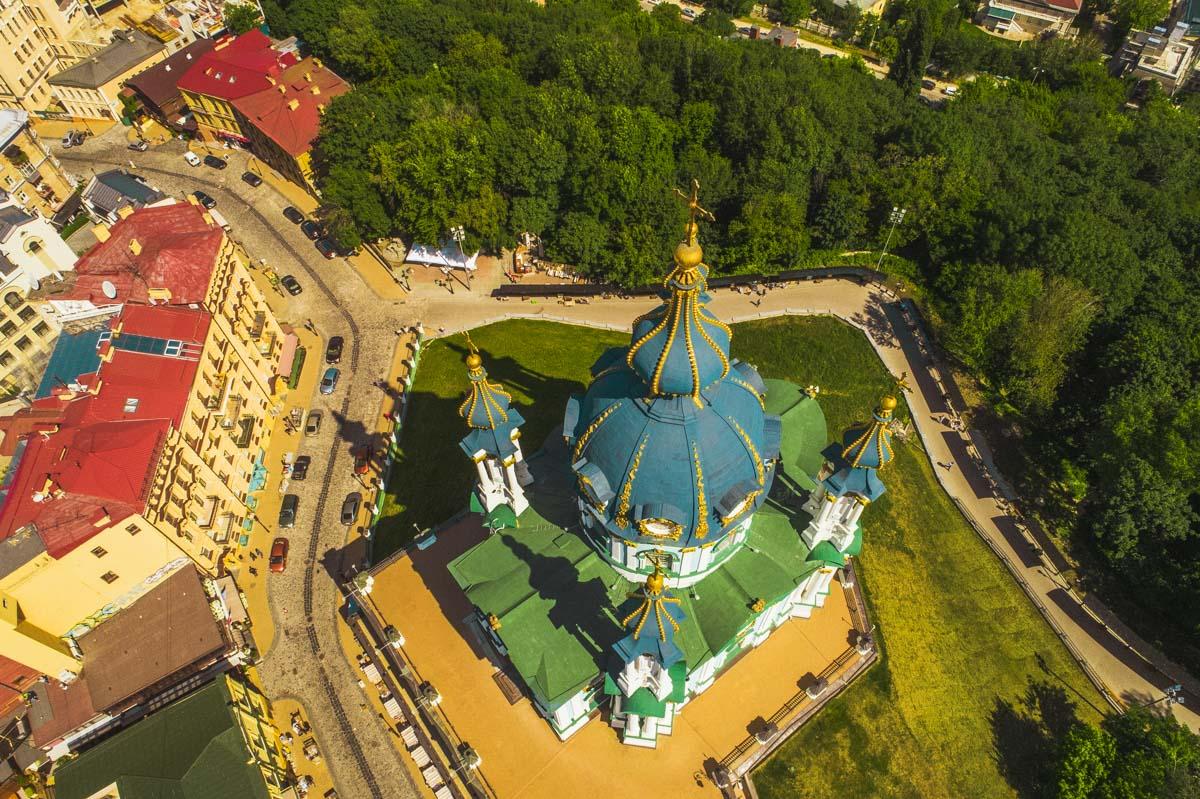 Некоторые верят, что в окрестностях Андреевской церкви «особая» атмосфера – эти места «заряжают» людей хорошей энергией