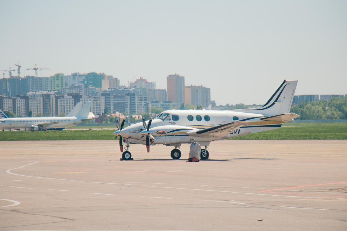 В более отдаленном будущем в аэропорту хотят удлинить и улучшить взлетно-посадочную полосу