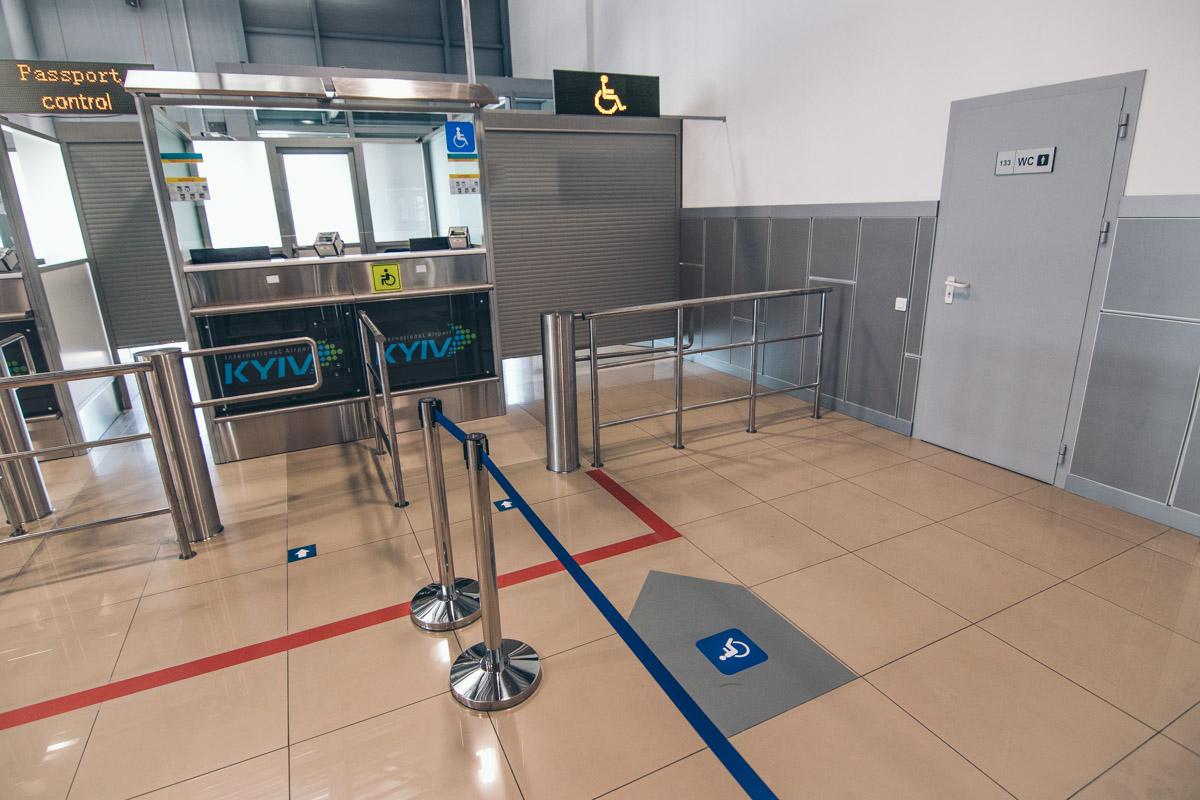 В аэропорту оборудовали специальные пункты паспортного контроля для людей на инвалидных колясках