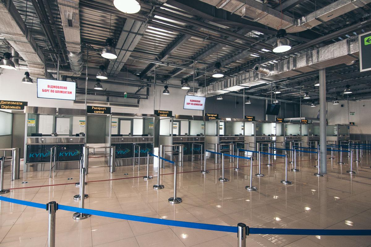 В терминале D поставили 9 новых кабинок для паспортного контроля