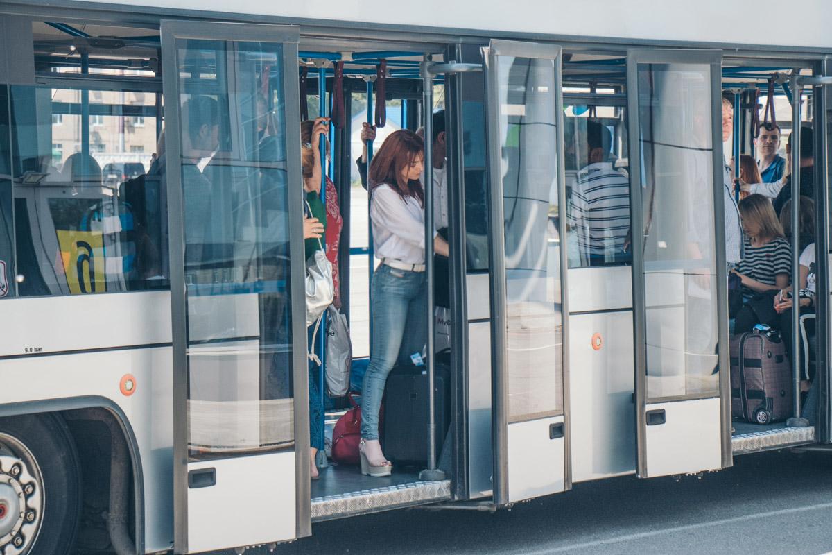 В рамках обновления аэропорта приобрели новую технику – 2 деайсера и несколько автобусов