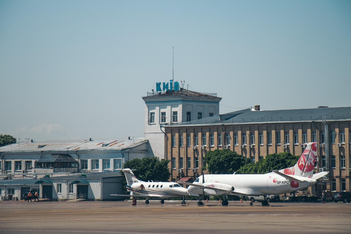 С аэродрома видно старое здание аэропорта