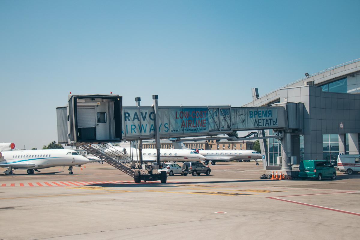На территории стоянки для самолета аэропорта