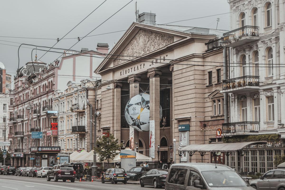 В центре Киева появились новые тематические инсталляции - огромные футбольные мячи