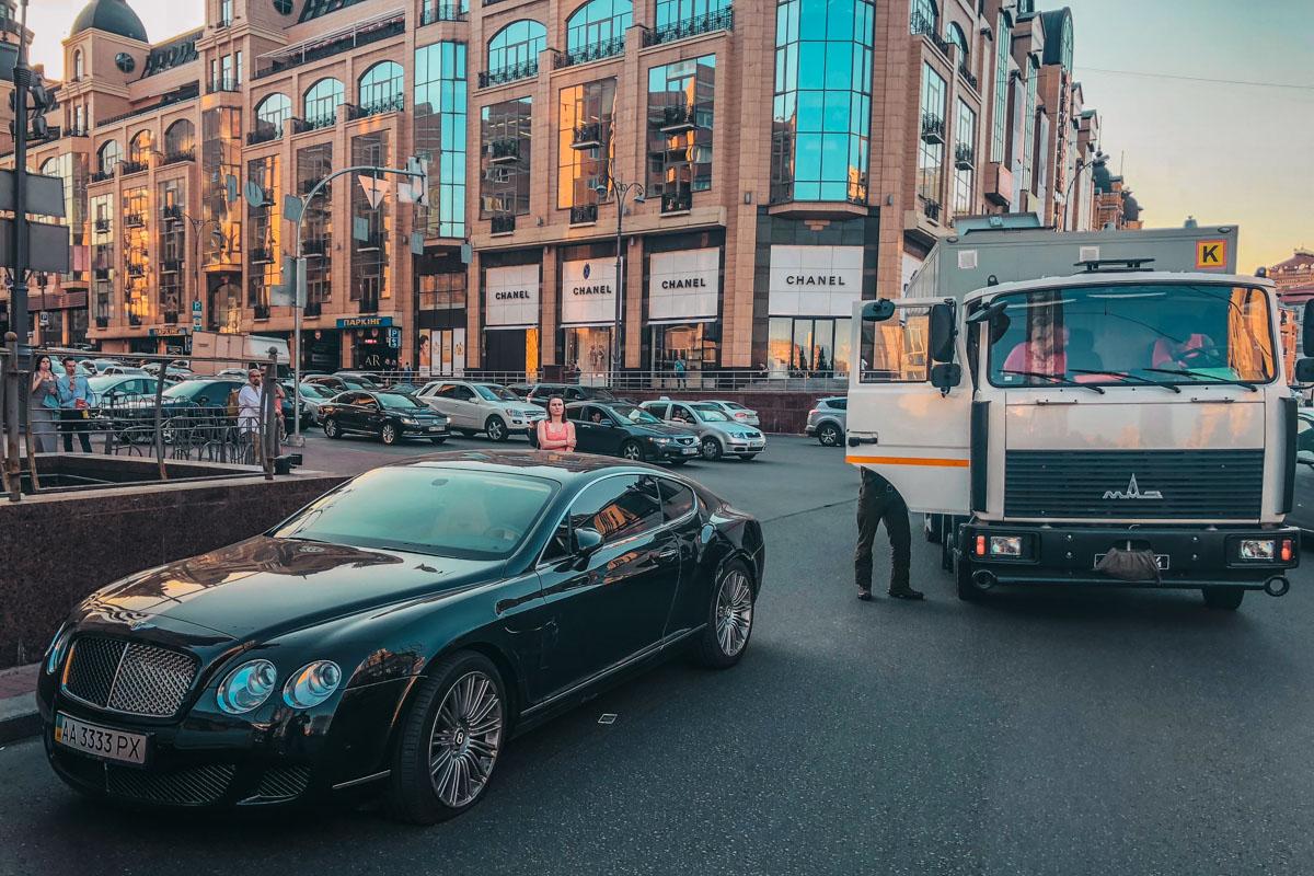 В центре столицы столкнулись МАЗ и Bentley Continental
