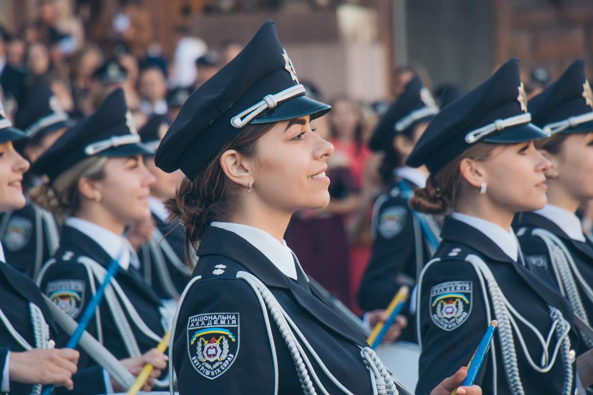 Курсантки Нацакадемии внутренних сил сыграли на барабанах