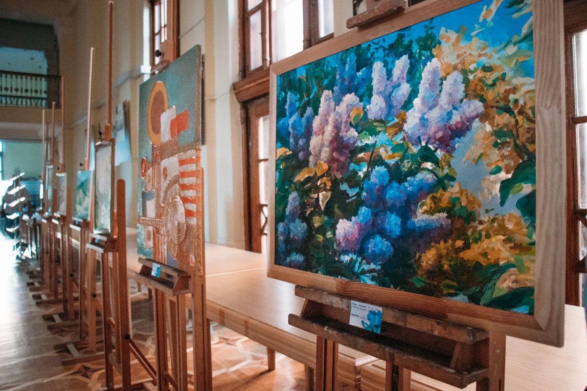 При входе на бал работала выставка декоративно-прикладного искусства