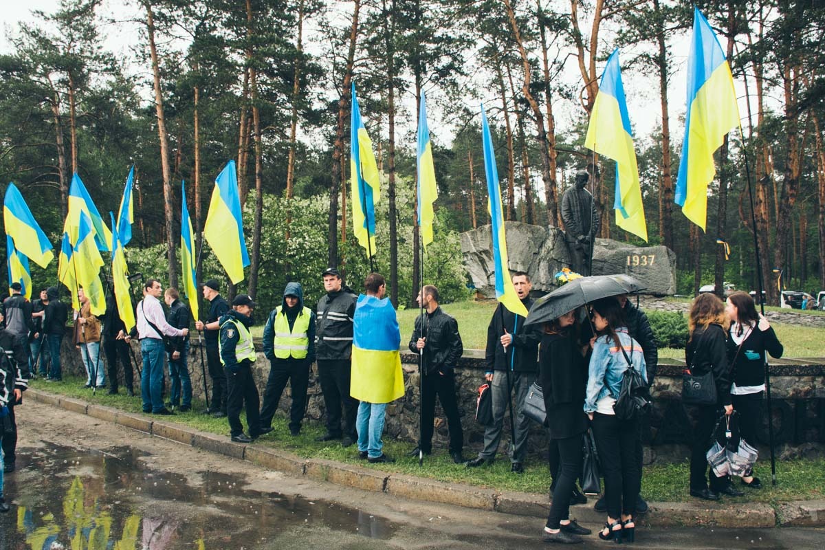 """Украинцы пришли почтить памятьжертв политических репрессий в Национальный историко-мемориальный заповедник """"Быковнянские могилы"""""""