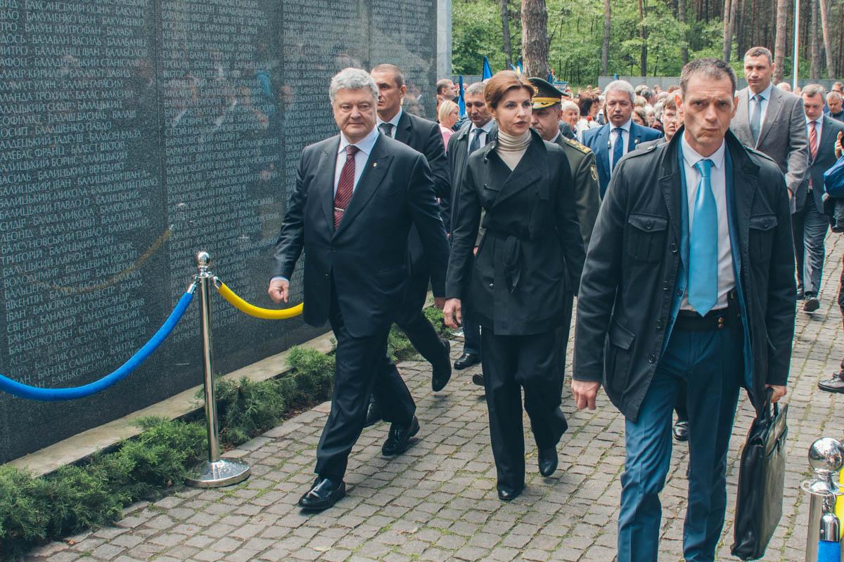 Также цветы к памятникам возложили Президент Украины с женой