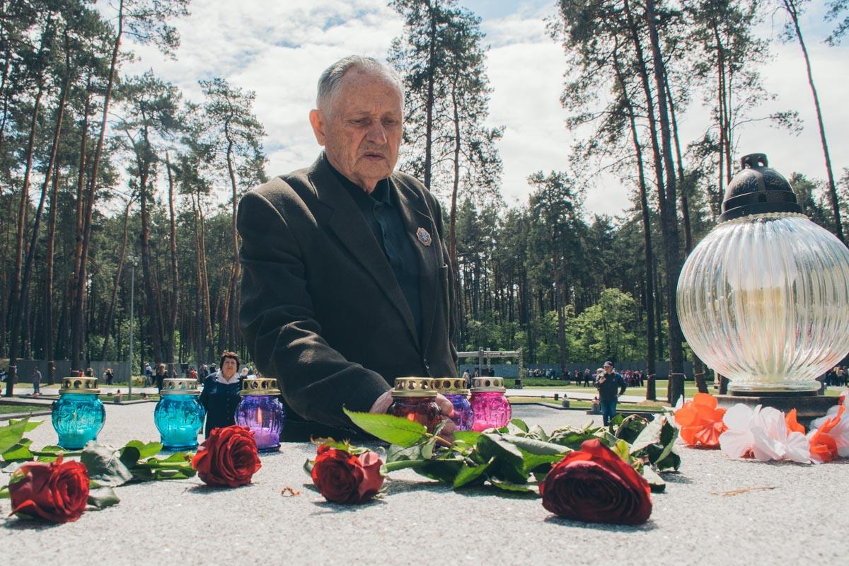 После первых лиц возле памятников с цветами почтили память жертв и простые граждане