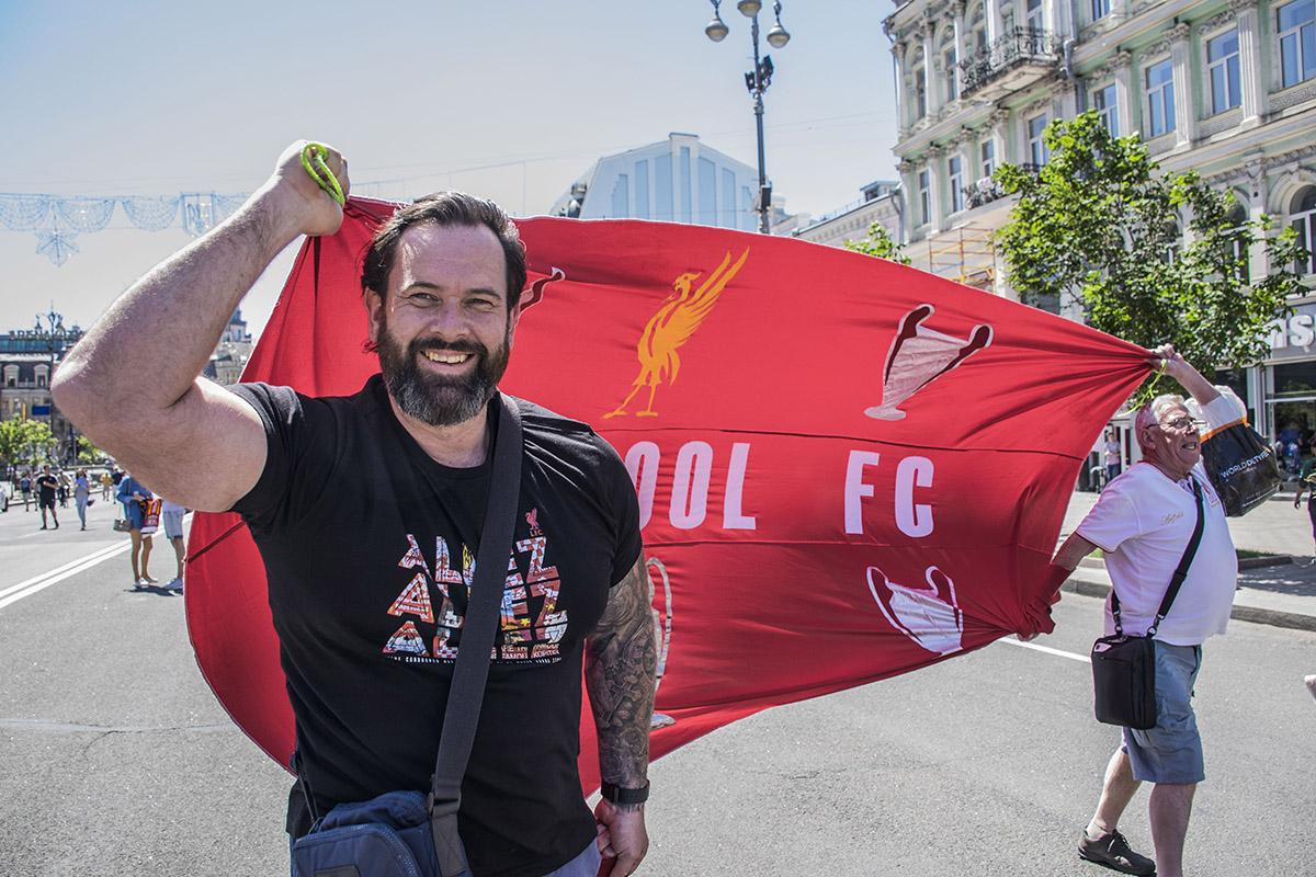 Ливерпульцы гордо несут знамена