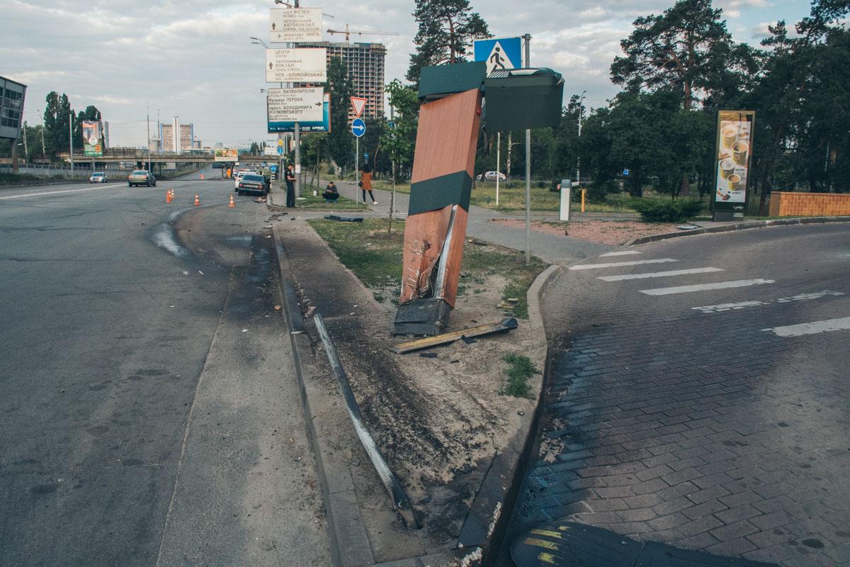 По неизвестным причинам автомобиль врезался в стеллу MсDonalds