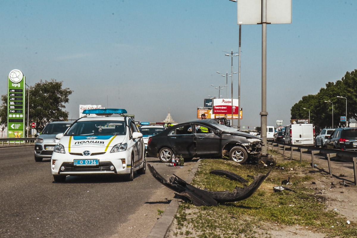 В четверг, 24 мая, в Киеве на Кольцевой дороге автомобиль Geely врезался в столб