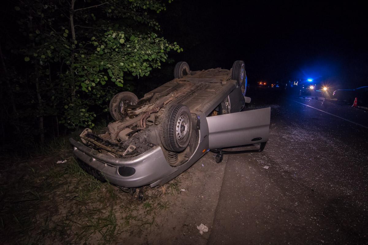 Оба автомобиля вынесло на обочину, один из них перевернулся