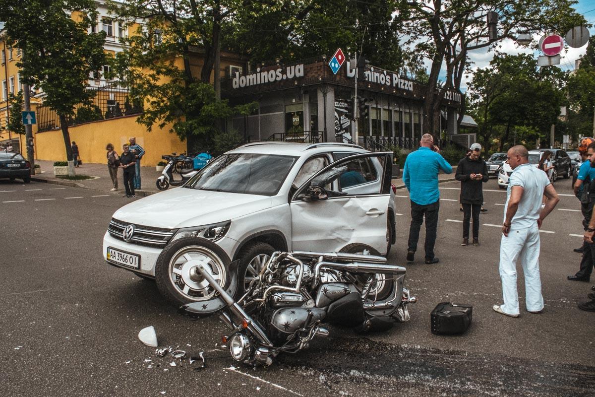 На перекрестке бульвара Тараса Шевченко и улицы Терещенковской возле Domino's Pizza произошло ДТП