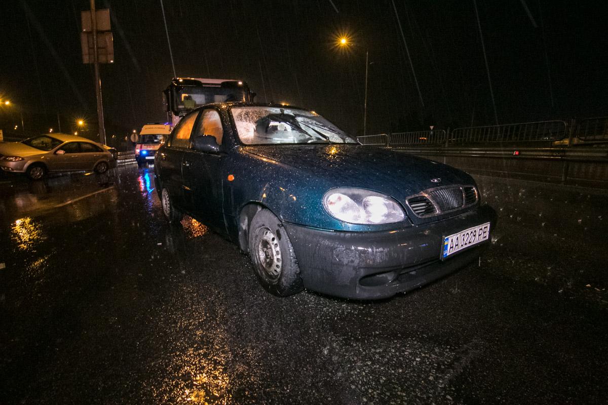 Одна машина въехала в отбойник, а вторая влетела в стоящее на дороге авто уже позже