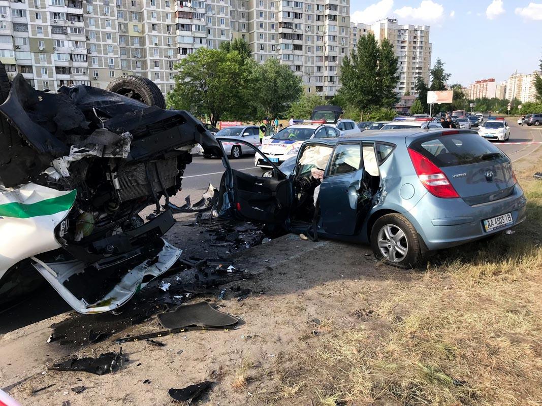 На Бальзака произошло лобовое столкновение Hyundai i30 и инкассаторской машины