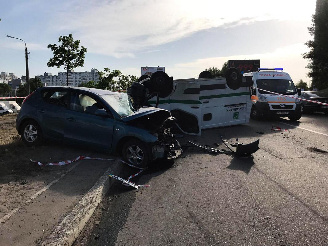 ВВодителя Hyundai, пожилого мужчину, пришлось вырезать из авто