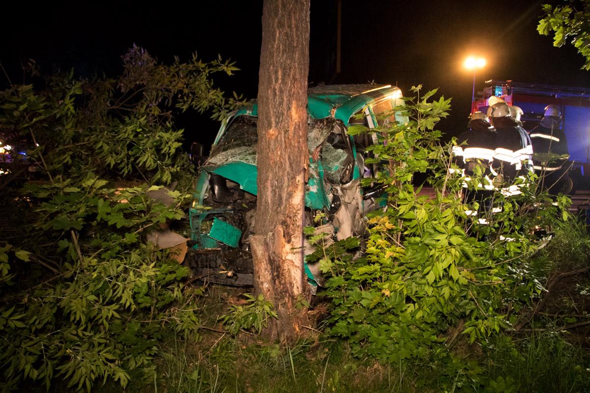 На Столичном шоссе Volkswagen врезался в дерево