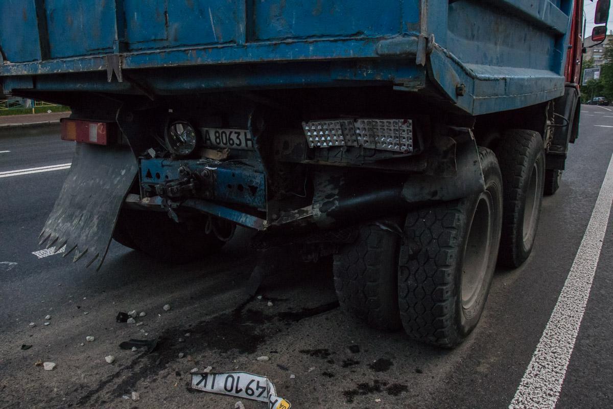 """""""Камазу"""" вмяли отбойник. Водитель грузовика обратился за помощью к медикам"""