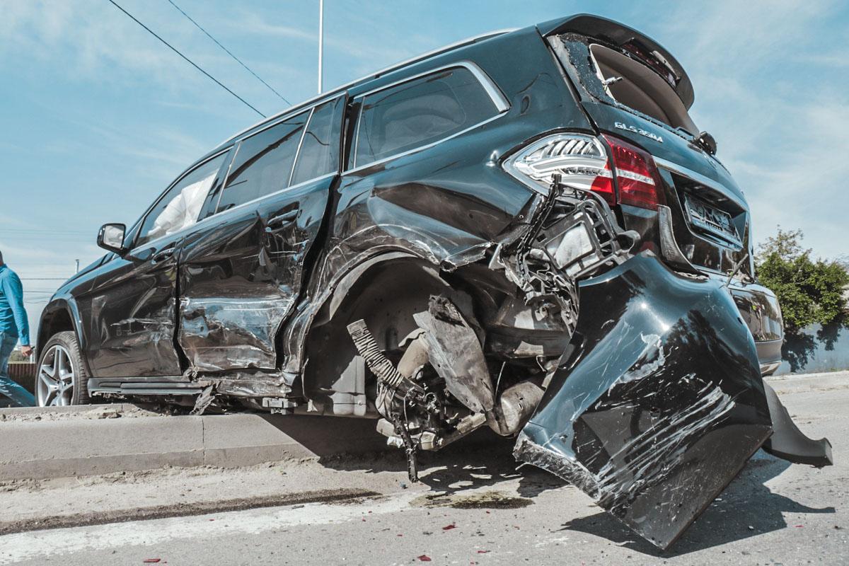 Пассажира Mercedes GLS госпитализировали