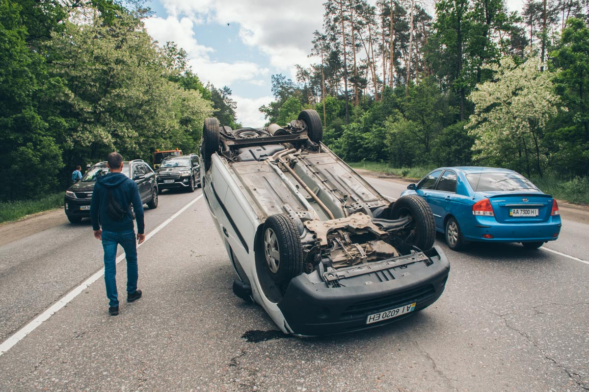 Один Renault перевернулся посреди дороги