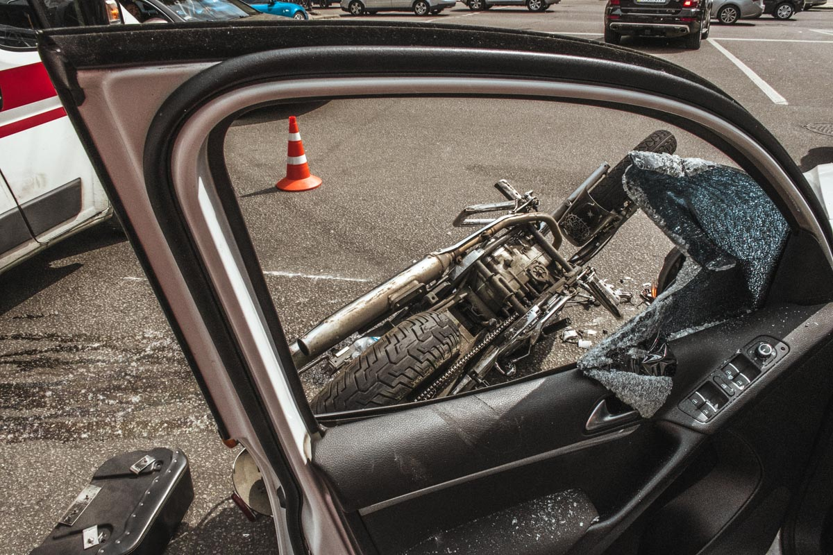По словам водителя кроссовера, мотоциклист пролетел на красный