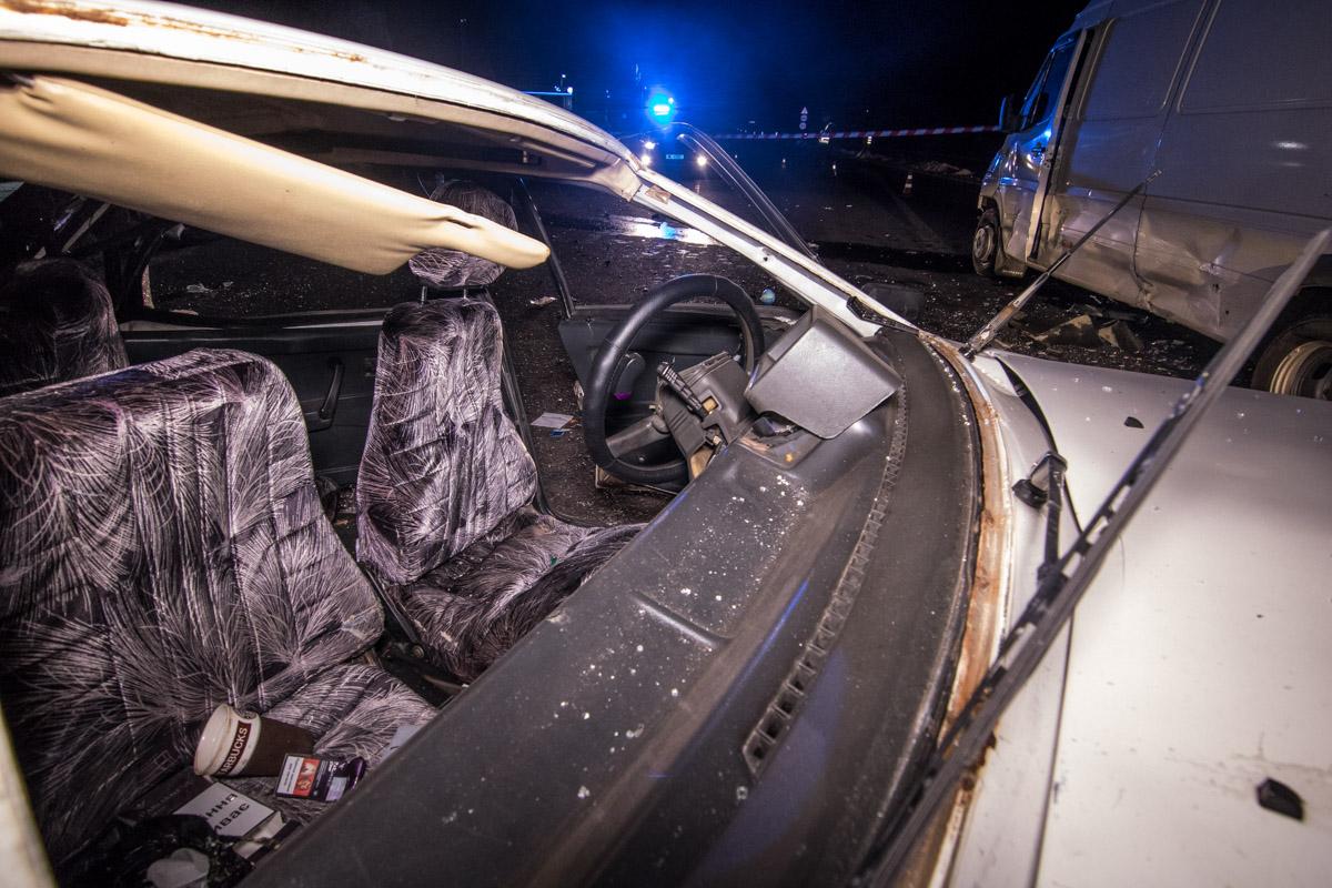 Под Киевом столкнулись два авто: Дэу перевернулся накрышу