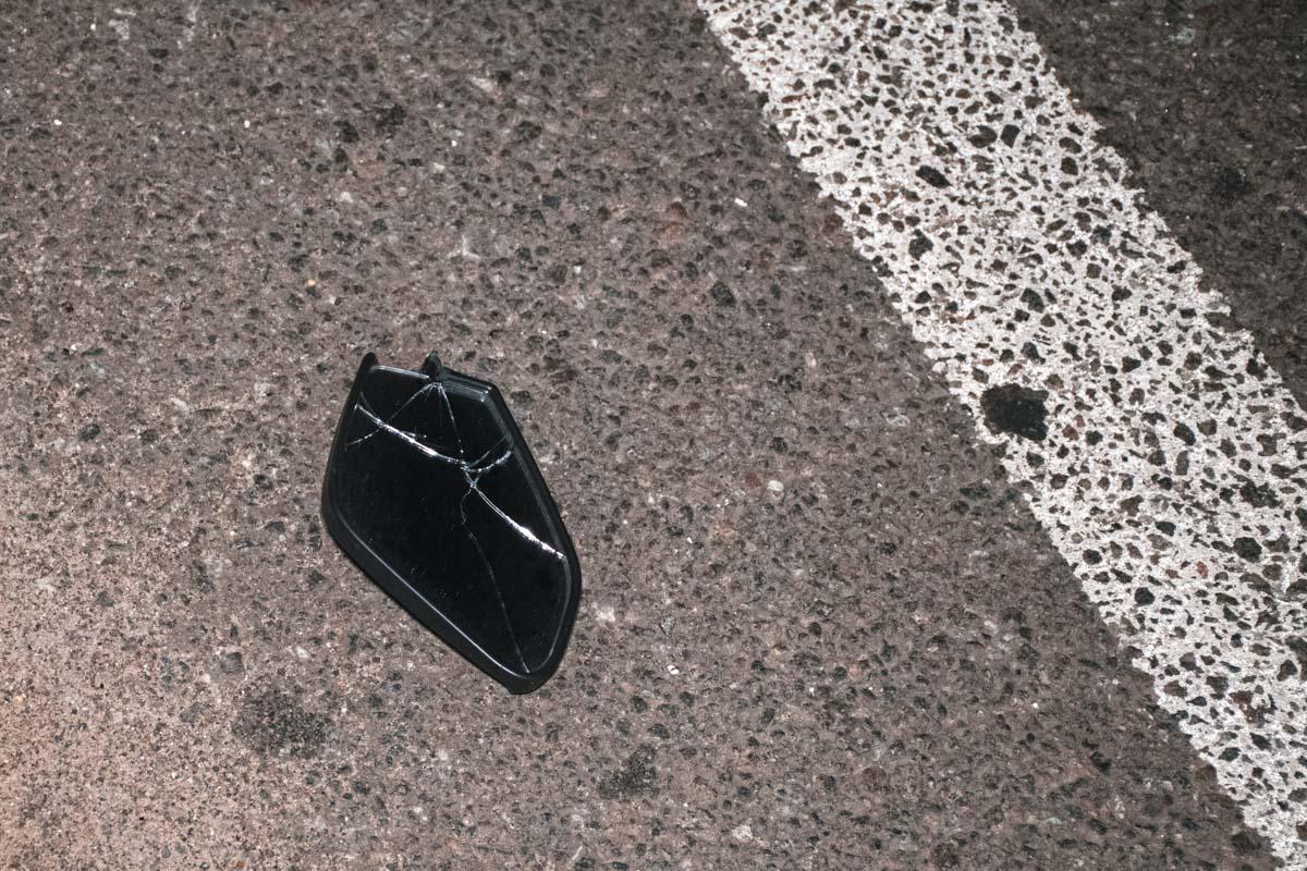 Зеркало от мотоцикла, который сбил женщину