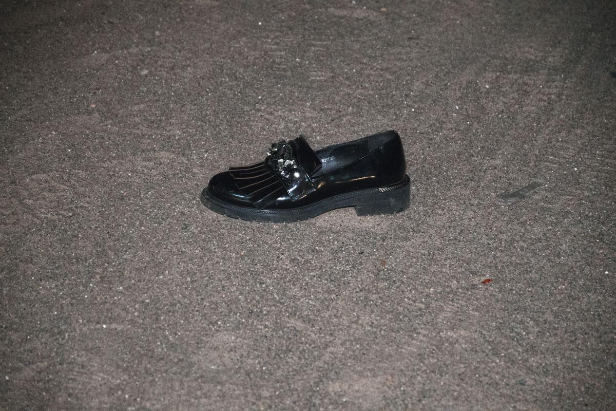 После удара обувь погибшей разлетелась по всей проезжей части