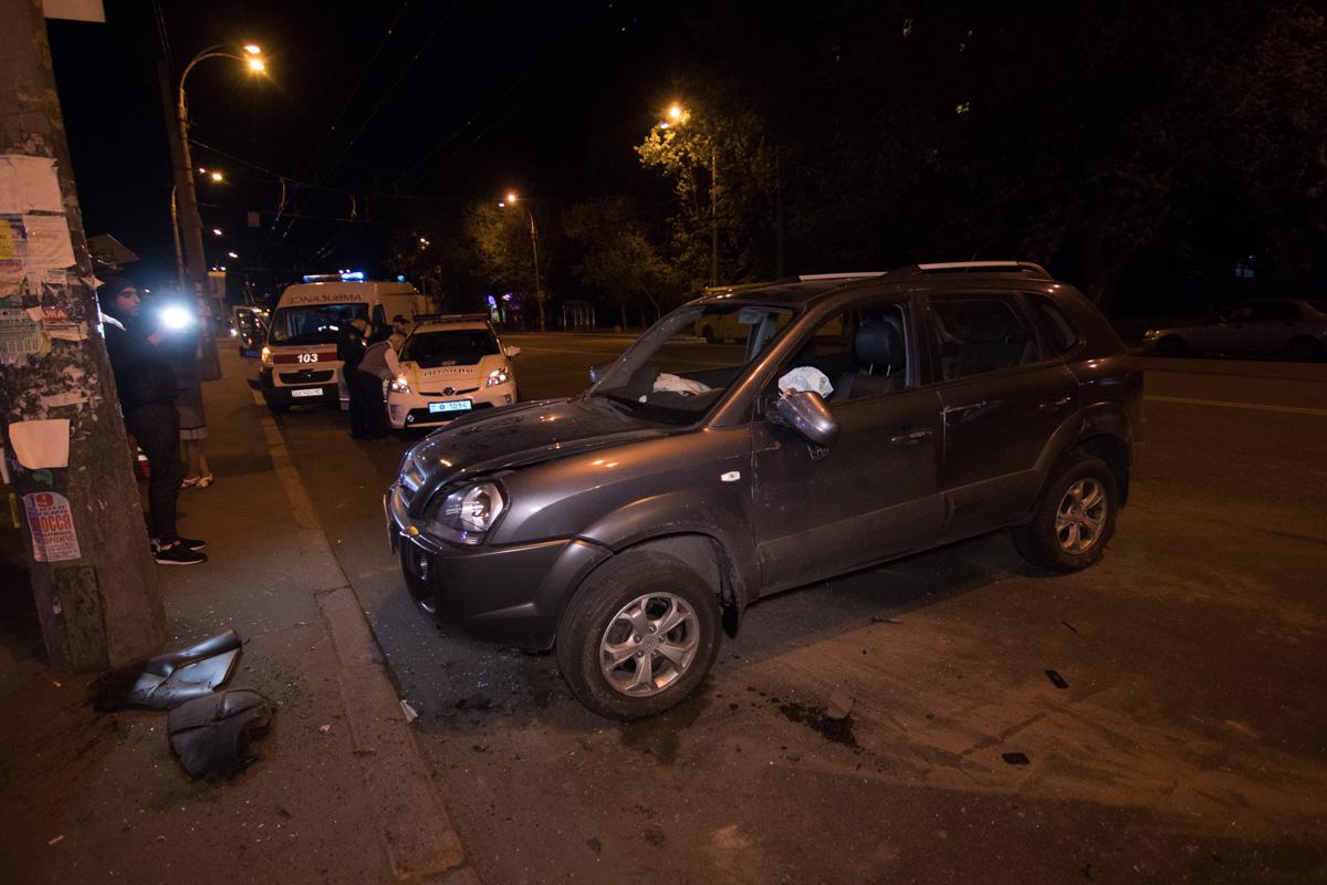Hyundai Tucson врезался в столб и перевернулся