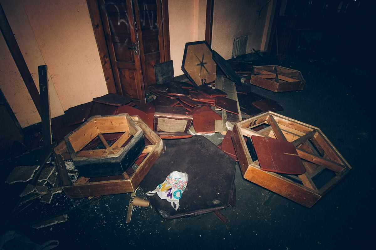 Внутри здания, будто после погрома