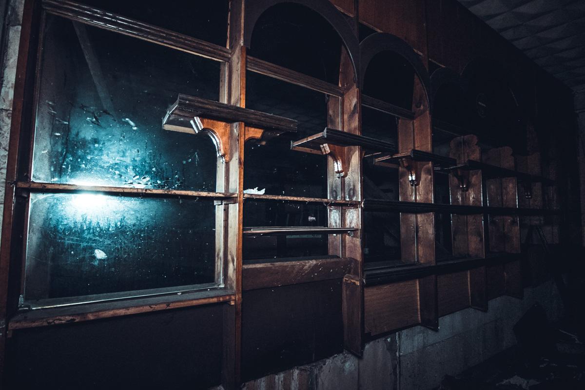 В черные окна никто не посмотрит