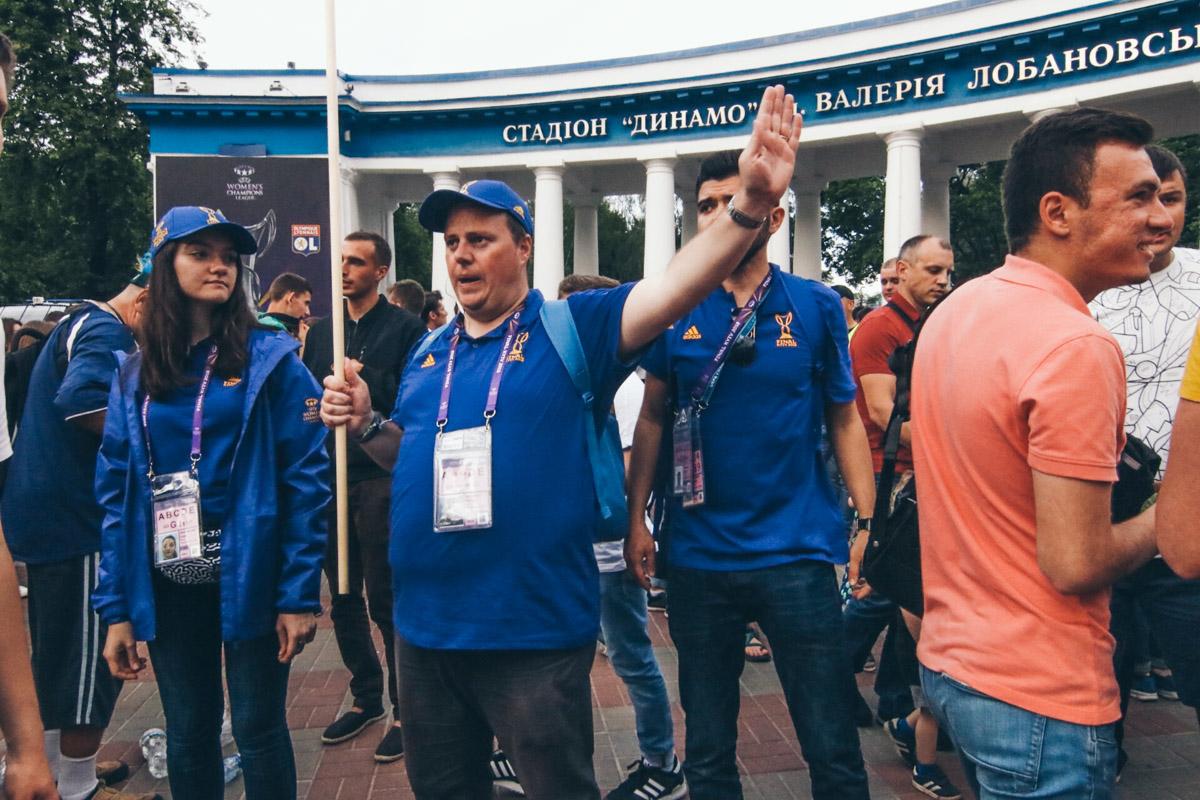 Волонтер, помогающий болельщикам разобраться с билетами, рассказал, что знает английский, немецкий и датский