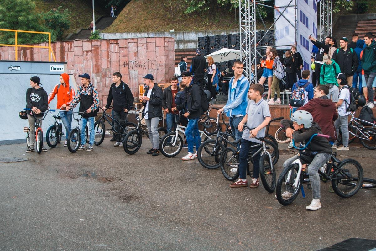 Велосипедисты тоже продолжили кататься, несмотря на дождь