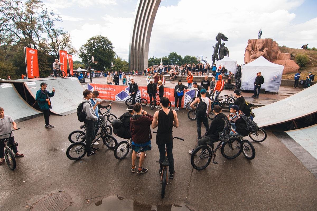 В Киеве под Аркой дружбы народов играют в баскетбол и ждут концерта Ярмака