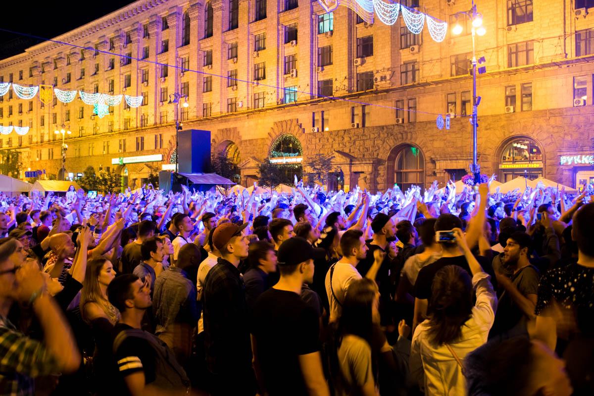 Самые ярые фанаты музыканта занимали места под сценой задолго до начала концерта